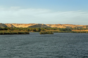 16-02-13 - Nile landscape with palms, oasis, hills and desert