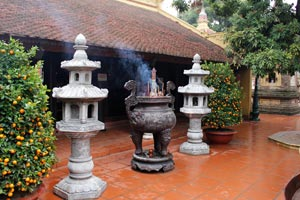 15-02-15 - incense sticks and orange trees in the Tran Quoc Pagode in Hanoi (chùa Trấn Quốc)