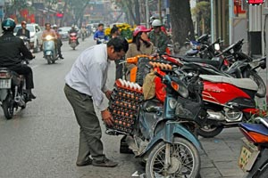 16-02-15 - Even eggs are transported with the motor scooter
