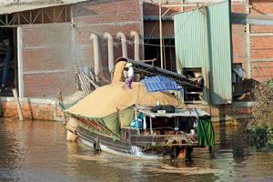 10-03-15 - Tour in the Mekong Delta - grain is loaded (after full comes founder)