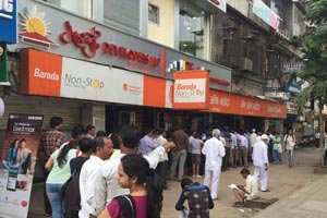 12-11-16 - Vashi - Navi Mumbai - demonetisation: long queues in front of banks