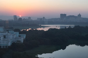 04-01-17 - Sunrise at Powai Lake - vista from my hotel room